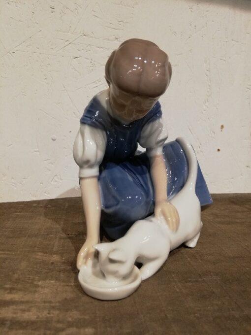 Bing & Grøndahl Pige med drikkende kat